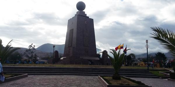 Monumento que representa a divisão entre Hemisfério Norte e Sul