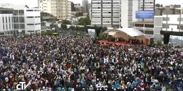 Multidão que acompanhava o Papa