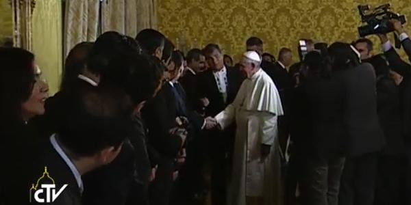 Papa cumprimentando convidados
