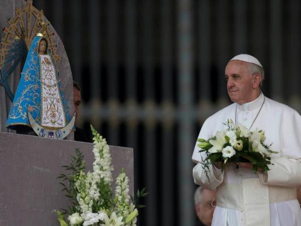 Francisco presta homenagem a Nossa Senhora com flores / Foto: Arquivo - L'Osservatore Romano
