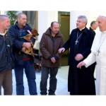Papa em encontro anterior com moradores de rua / Foto: Reprodução CTV