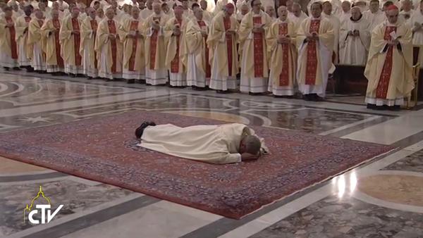 Dom Angelo De Donatis, durante ordenação episcopal, presidida pelo Papa Francisco / Foto: Reprodução CTV