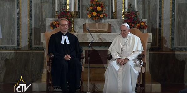 Papa e pastor luterano na Igreja luterana em Roma / Foto: Reprodução CTV