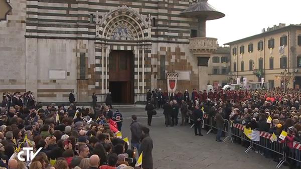 Moradores de Prato e de cidades vizinhas diante da catedral de Prato, para encontro com o Papa / Foto: Reprodução CTV