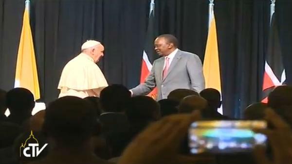 Papa cumprimenta o presidente do Quênia na chegada para o encontro com autoridades do país / Foto: Reprodução CTV