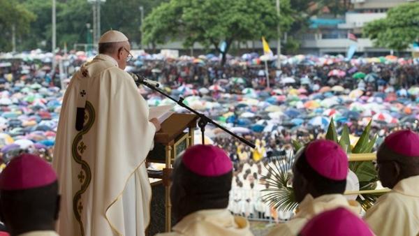 Mesmo com a chuva, cerca de um milhão de fiéis participaram da Missa com o Papa em Nairóbi / Foto: L'Osservatore Romano
