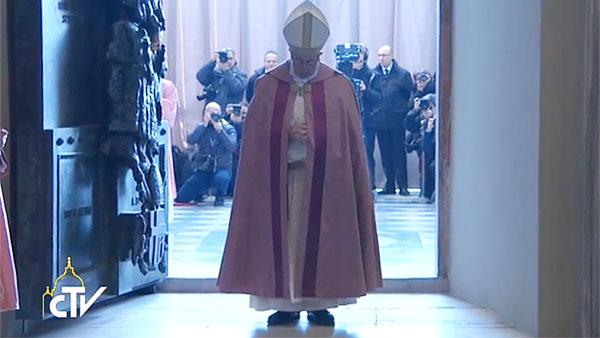 Papa abre Porta Santa na Basílica de São João de Latrão