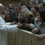 Papa cumprimenta funcionários do Vaticano em encontro nesta manhã / Foto: Reprodução CTV