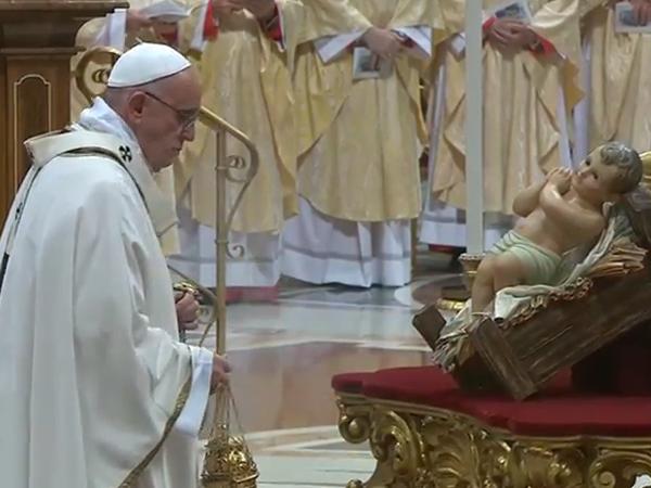 Papa diante da imagem do Menino Jesus na Basílica Vaticana / Foto: Reprodução CTV