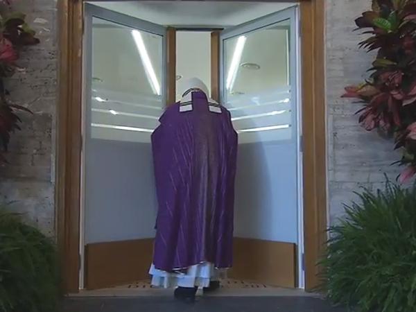 """Francisco abre """"Porta Santa da Caridade"""" no albergue da Cáritas romana / Foto: Reprodução CTV"""
