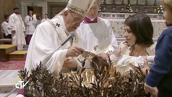 Papa batiza 26 crianças no Vaticano
