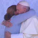 O fraterno abraço do Papa Francisco a uma detenta / Foto: Reprodução CTV