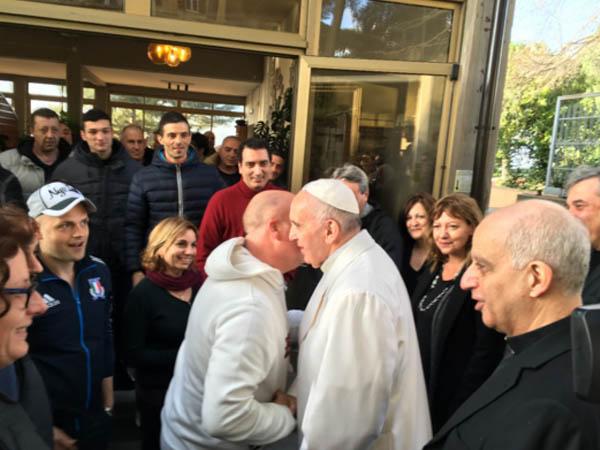 Com seu abraço e palavras, Papa leva proximidade a dependentes químicos / Foto: Site Oficial Jubileu da Misericórdia