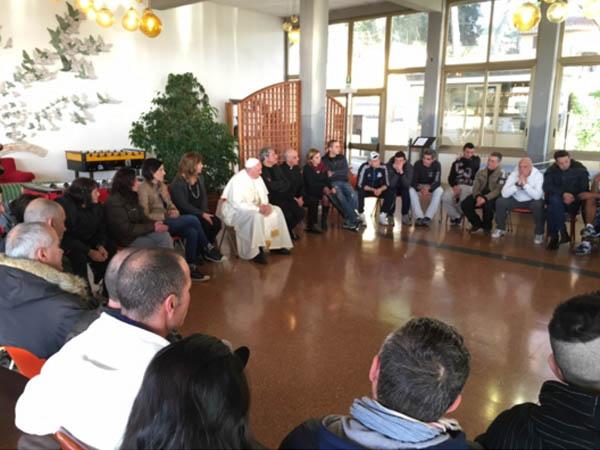 Papa conversa com pessoas que tentam largar o vício das drogas / Foto: Site Oficial Jubileu da Misericórdia