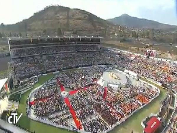 Papa_FranciscofalaaosjovensemEstadionoMexico
