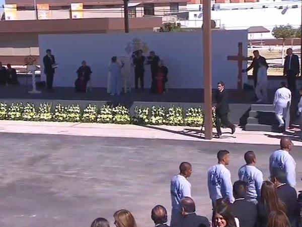 Alguns detentos fizeram fila para cumprimentar Francisco / Foto: Reprodução CTV