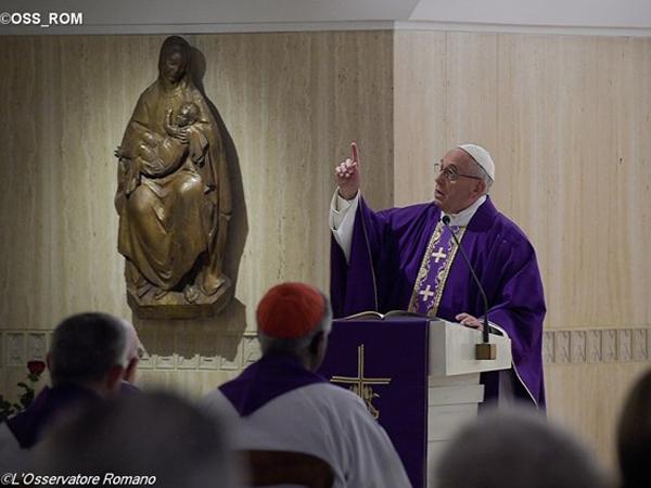 """Papa adverte: """"crucifixo não é ornamento"""" / Foto: L'Osservatore Romano"""