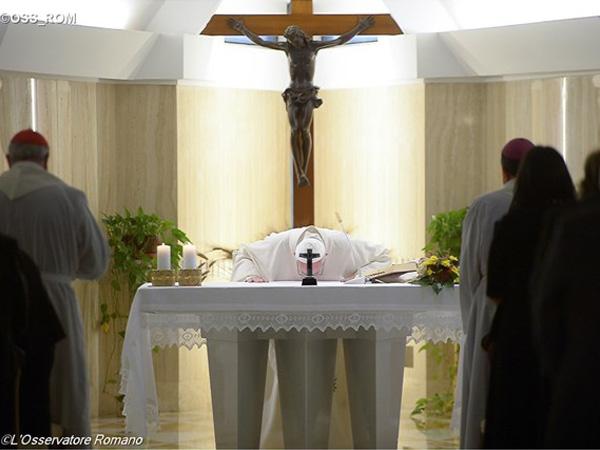 Papa durante celebração na Casa Santa Marta / Foto: L'Osservatore Romano