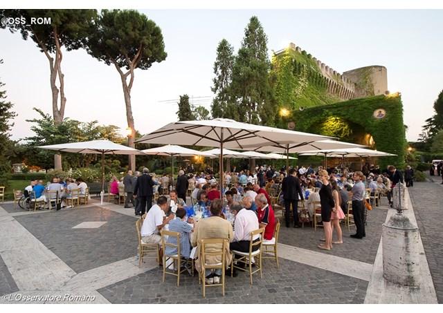 Jantar no Vaticano oferecido às pessoas assistidas pelo Círculo de São Pedro / Foto: Arquivo L'Osservatore Romano