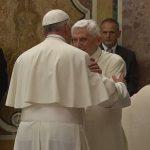 Francisco abraça Bento XVI, que completa 65 anos de padre / Foto: Reprodução CTV