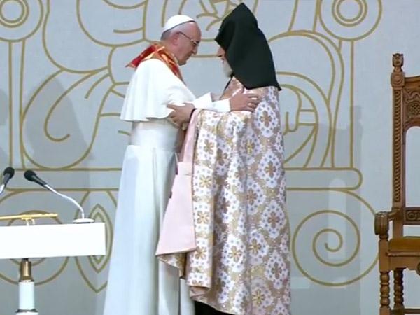 O abraço fraterno entre o Papa e Sua Santità Karekin II / Foto: Reprodução CTV