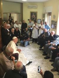 Papa em encontro com padres idosos e enfermos / Foto: Site Oficial Jubileu da Misericórdia