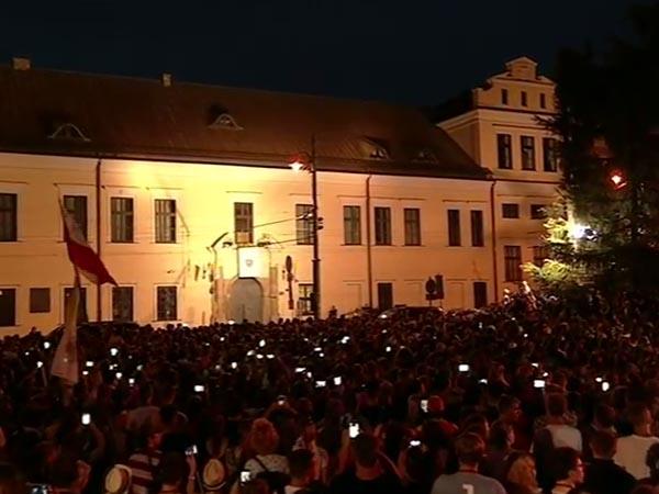 Jovens com os celulares e câmeras a postos para registrar a chegada do Papa / Foto: Reprodução CTV