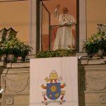 """Da """"janela papal"""", na residência dos bispos, Papa fala com os jovens / Foto: Reprodução CTV"""