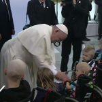 Após discurso, Francisco cumprimento crianças do hospital / Foto: Reprodução CTV
