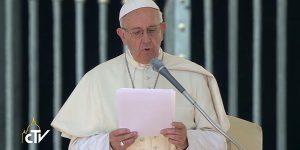 No lugar da catequese, Papa reza por vítimas do terremoto que atingiu a Itália e matou pelo menos 38 pessoas / Foto: Reprodução CTV