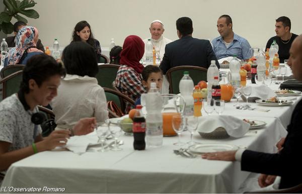 Papa durante almoço com grupo de refugiados em agosto deste ano / Foto: L'Osservatore Romano