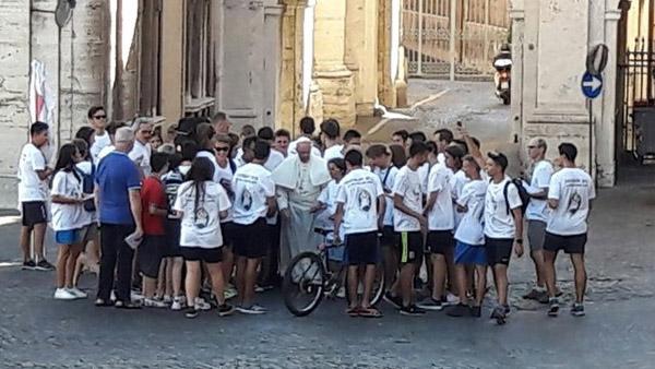 Papa abençoa jovens de bicicleta em passagem pelo Vaticano / Foto: Rádio Vaticano