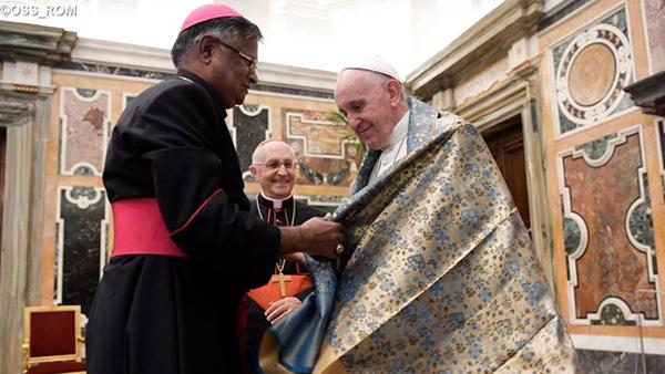 Papa recebe presente de Bispo asiático / Foto: L'Osservatore Romano
