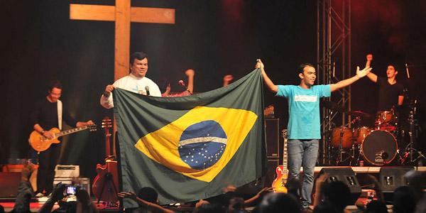 """""""Raças e nações, com deus aqui no Brasil, cantando uma mesma canção""""."""
