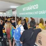 Jovens se agitam para retirada de kit peregrino no primeiro dia de JMJ