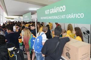 Jovens se agitam para retirada de kits no Sambódromo do Rio no primeiro dia de JMJ