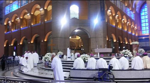 Bispos e Cardeais antes da Missa com o Papa