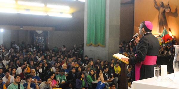 Dom Nelson preside a cateque na Igreja de Nossa Senhora de Copacabana (Foto: Wesley Almeida-CN)