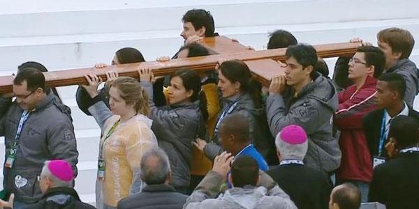 Juventude leva a cruz da JMJ para palco central de Copacabana