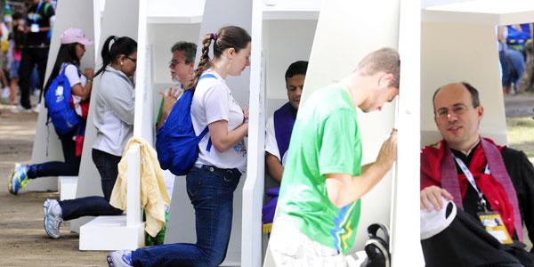 Jovens lotam confessionários da JMJ em preparação para a Via Sacra