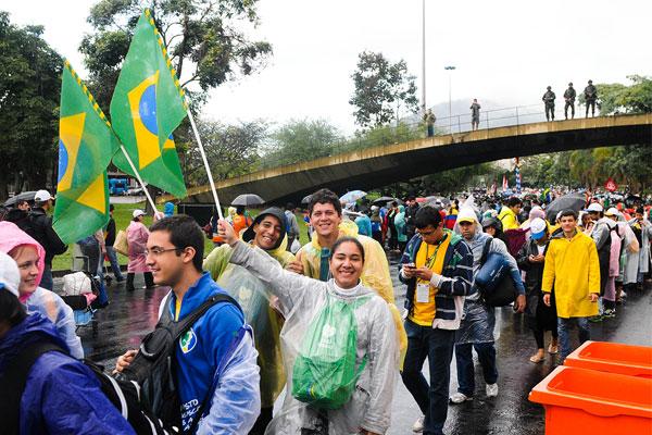 Nem a chuva desanima os peregrinos. Foto: Wesley Almeida