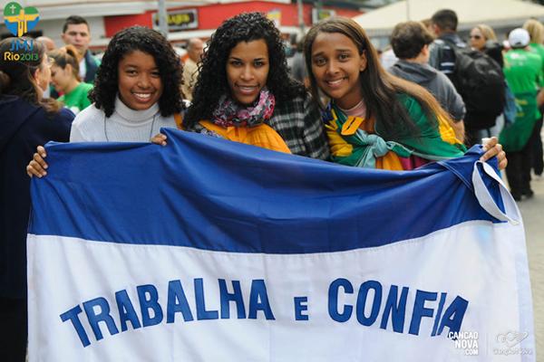 Para a jovem, Débora (do meio) a JMJ Rio 2013 deixará  saudades. Foto: Wesley Almeida /CN