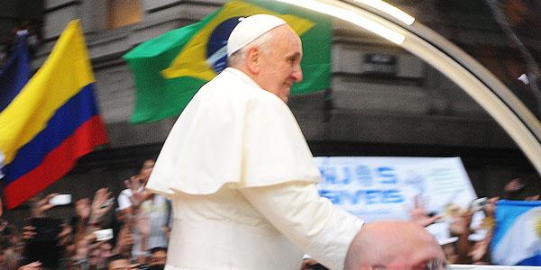 papa francisco passeia de papamovel no Rio de janeiro