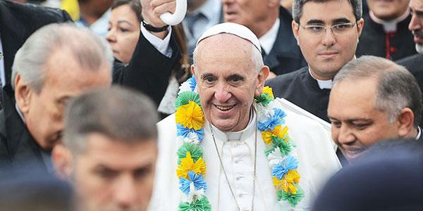 Papa Francisco recebe colar de Irmãs de caridade. Foto: Robson Siqueira/ CN