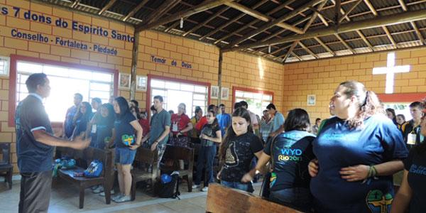 Jovens estrangeiros  participam de momento de louvor. / Foto: Alessandra Borges