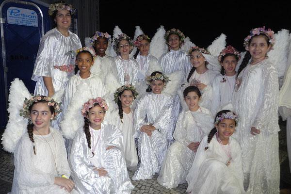 Crianças vestidas de anjo em uma das estações da Via-sacra Foto:Elcka Torres