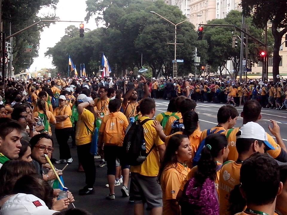 Fiéis aguardam passagem do Papa na Avenida Brasil