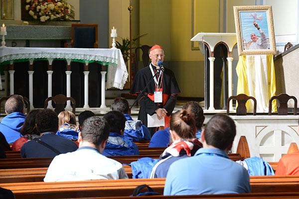 Cardeal Angelo Bagnasco fala aos jovens sobre missionariedade