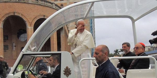Papa saúda fiéis na sua chegada ao Santuário Nacional (Foto: Alessandra Borges / cancaonova.com)