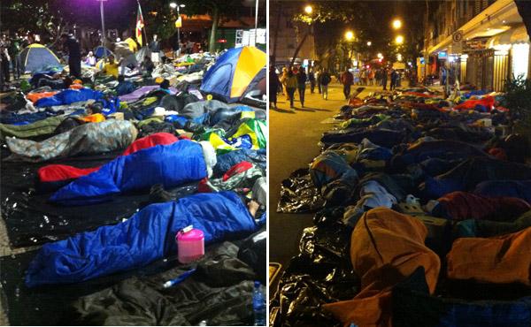 Areia da praia e ruas da cidade ficam tomadas de sacos de dormir e barracas improvisadas (Foto: Daniel Machado)